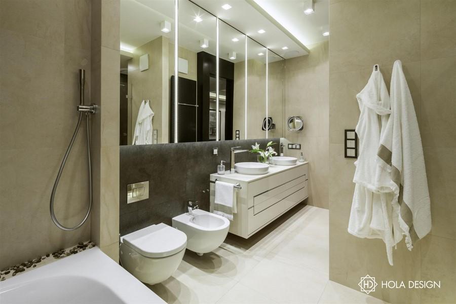 Łazienka z wanną w naturalnych barwach Hola Design - Biuro projektowe