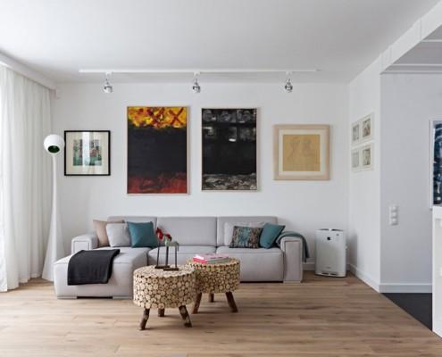 Asymetrycznie rozmieszczne obrazy w domu aranżacja wnętrz