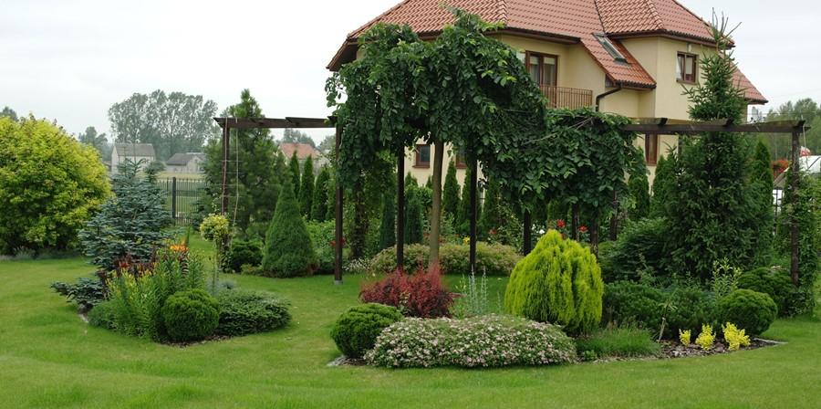 Bujny ogród z murowaną altaną Jakub Gardner
