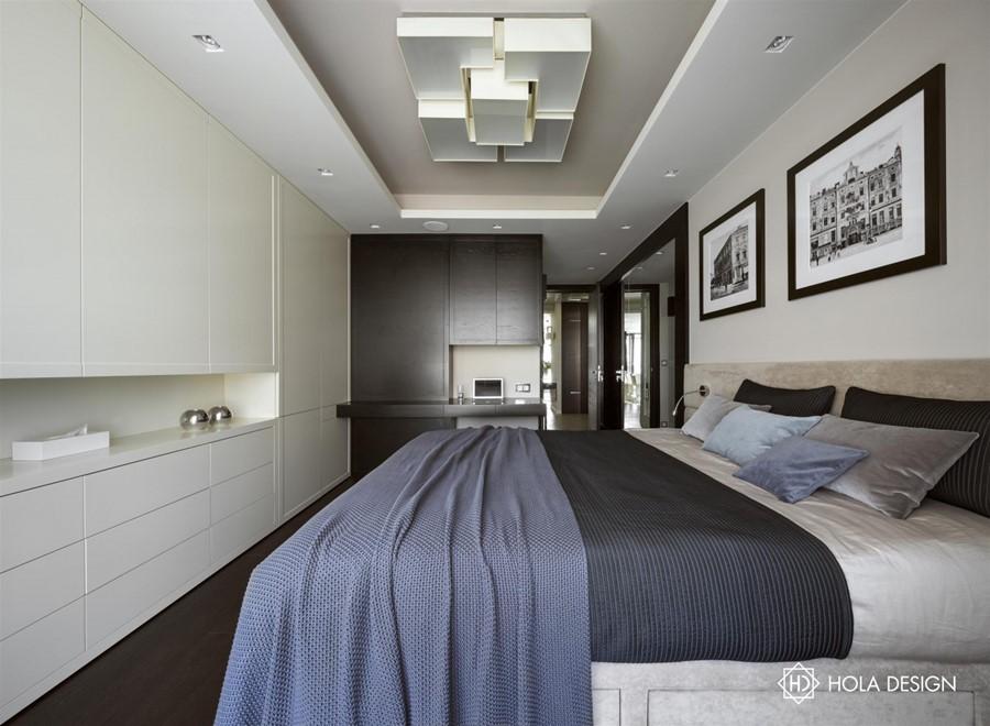 Jasna sypialnia z podwieszanym sufitem Hola Design biuro projektowe