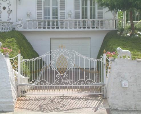 Klasyczna kuta brama w bieli i złocie Alab Kowalstwo