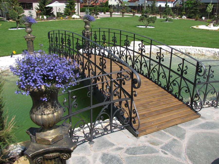 Klasyczny mostek w ogrodzie Alab Kowalstwo
