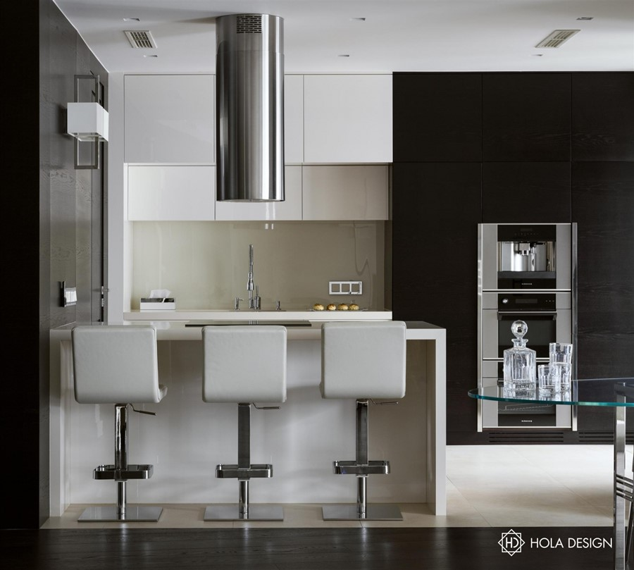 Otwarta kuchnia z barem w bieli i ciemnym brązie Hola Design