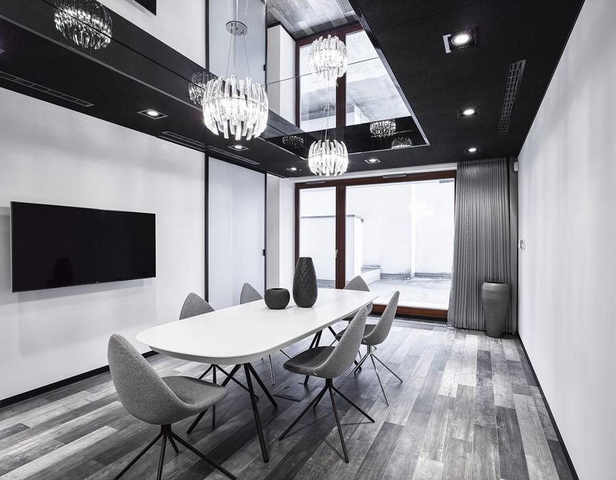 Podwieszany sufit z oświetleniem w jadalni