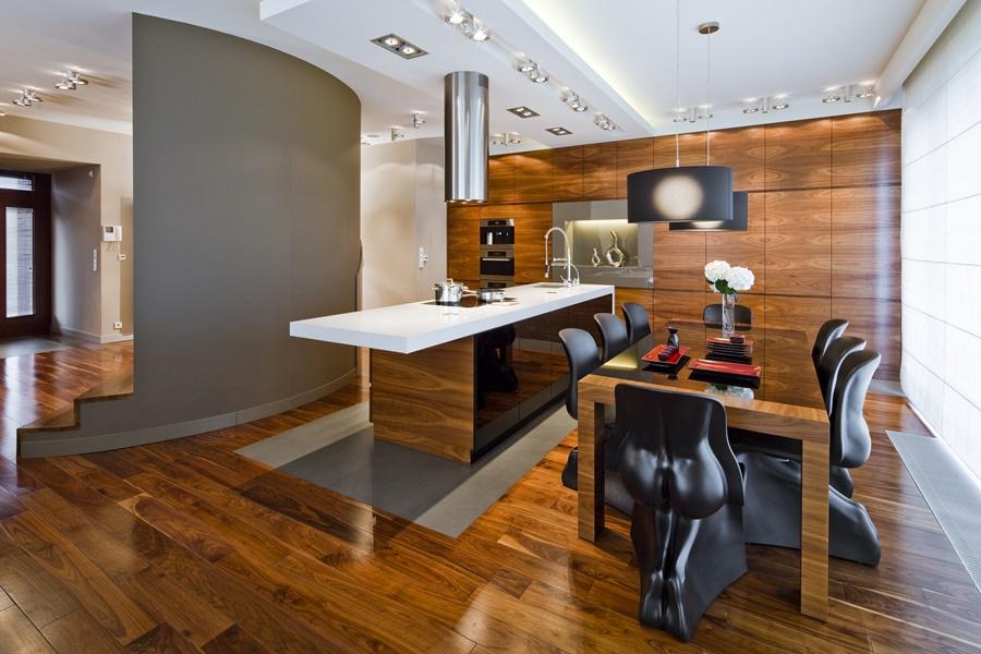 Podwieszany sufit z oświetleniem w jadalni połączonej z kuchnią