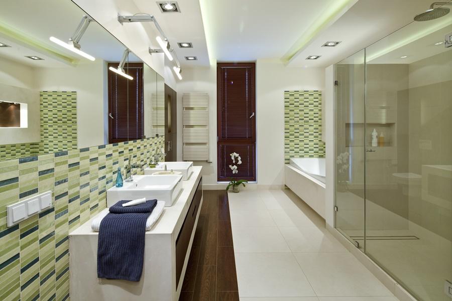Podiweszany sufit z oświetleniem w łazience