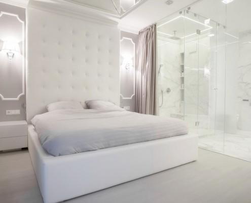 Przeszklona łazienka w jasnej sypialni Living Box