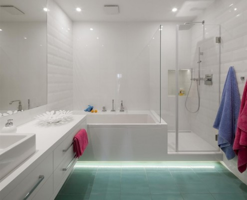 Wanna i prysznic w białej łazience Hola Design