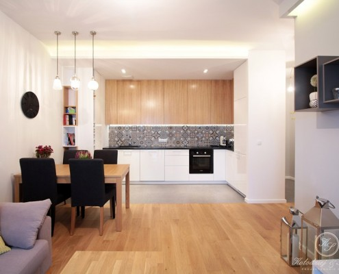 Drewno w nowoczesnym salonie z kuchnią Kołodziej Szmyt