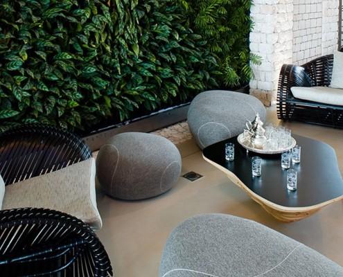 Kamienie-siedziska w salonie Smarin co-living