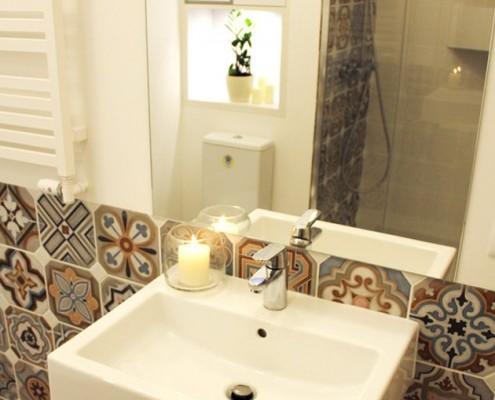 Kolorowe płytki w małej łazience Kołodziej Szmyt