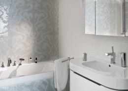 Mozaika w białej łazience Studio Agnieszki Zydorowicz