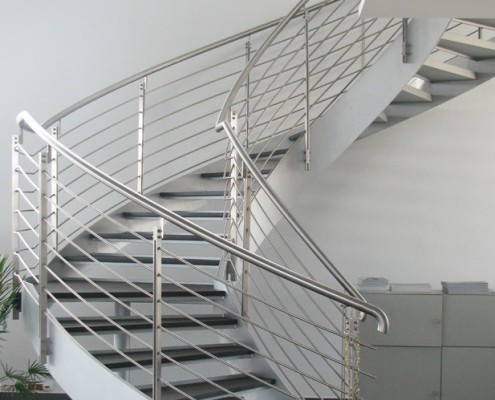 Nowoczesne schody zabiegowe w industrialnej formie Alab balustrady i schody