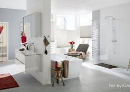 Biały pokój kąpielowy z łaźnią parową