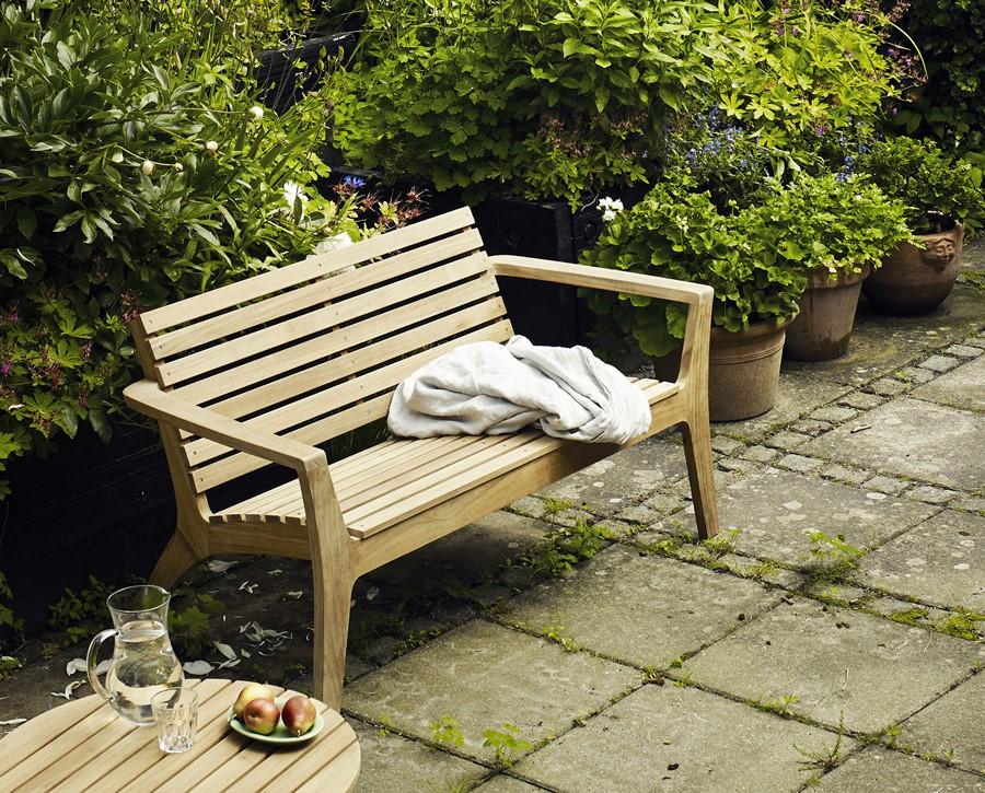 Nowoczesna drewniana ławka - stylowe meble do ogrodu