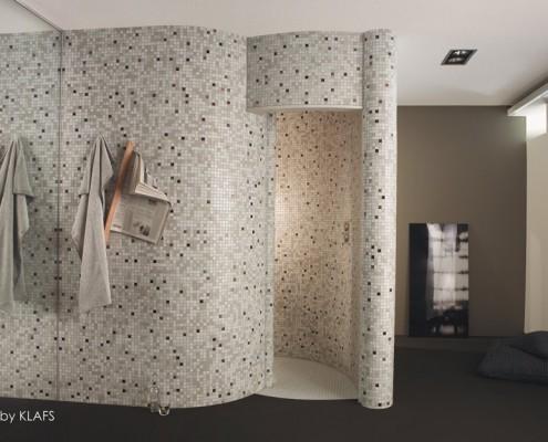 Prysznic ślimakowy wykończony drobną mozaiką Klafs