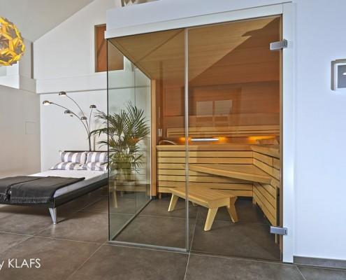 Przeszklona sauna w sypialni Klafs