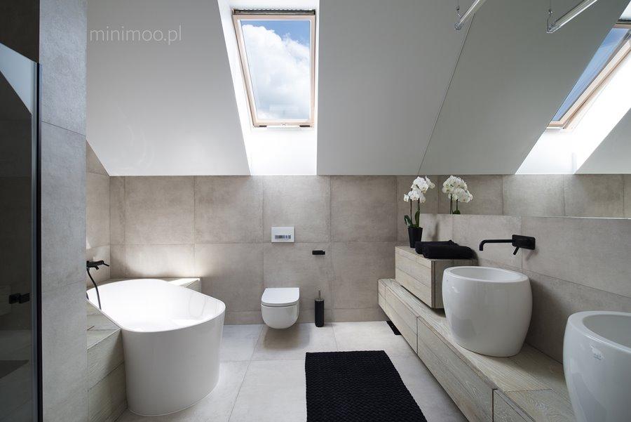 Łazienka z oryginalnie usytuowaną wanną - pomysł na małą łazienkę