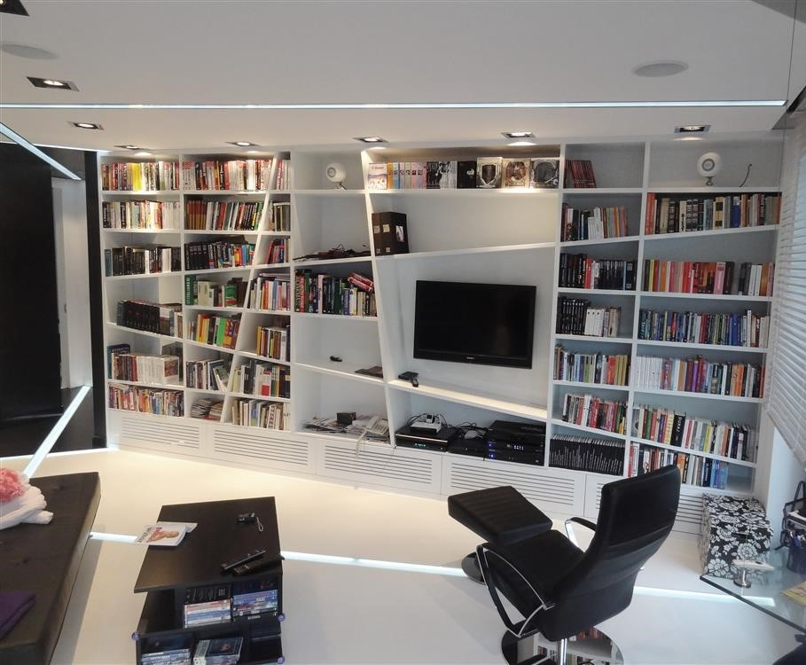 ściana TV w asymetrycznej domowej bibliotece