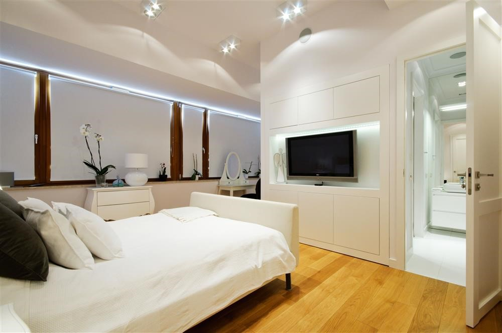 ściana TV w niewielkiej sypialni