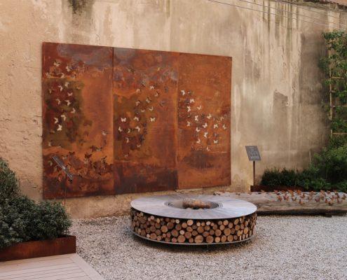 Palenisko z oryginalną dekoracją scienną