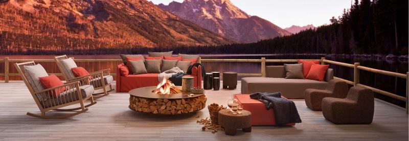 Taras z kącikiem wypoczynkowym nad jeziorem