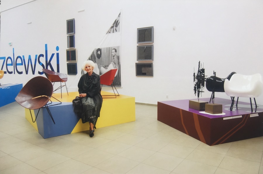 Wera Modzelewska, w tle fotele RM 56 i RM 57; po prawej czarne RM 58