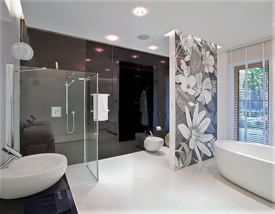 Łazienka w czerni i bieli - prysznic w łazience
