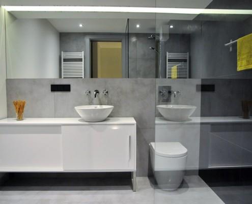 Minimalistyczna łazienka z przeszkleniami Omii Agata Słoma