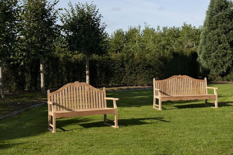 Trzyosobowa ławka ogrodowa - tradycyjna drewniana ławka