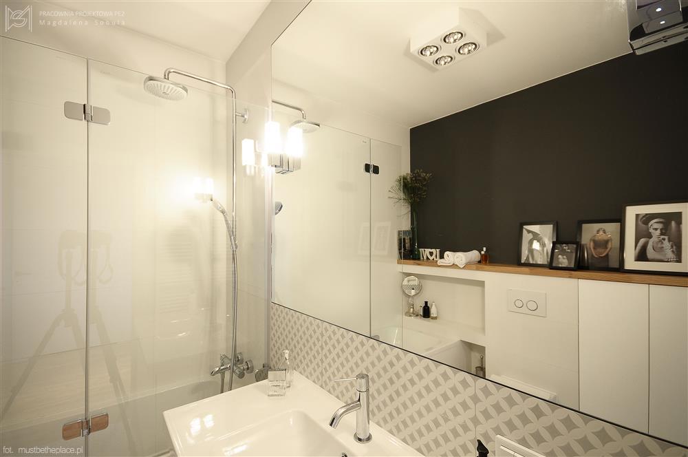 Wanna połączona z kabiną prysznicową - pomysł na małą łazienkę