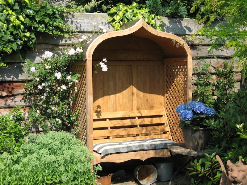 Zadaszona ławka ogrodowa - drewniane meble ogordowe