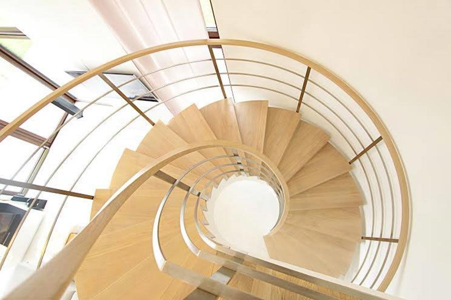 Jaka poręcz pasuje do jasnych schodów ze stalowymi linkami? Także drewniana, w tym samym kolorze, albo ze stali.
