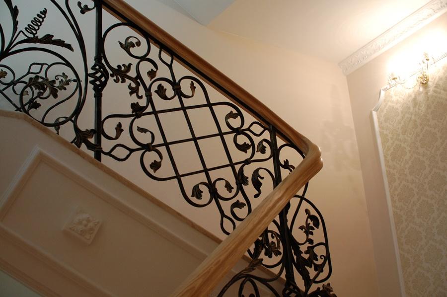 schody kute, fantazyjne z poręczą drewnianą. Alab