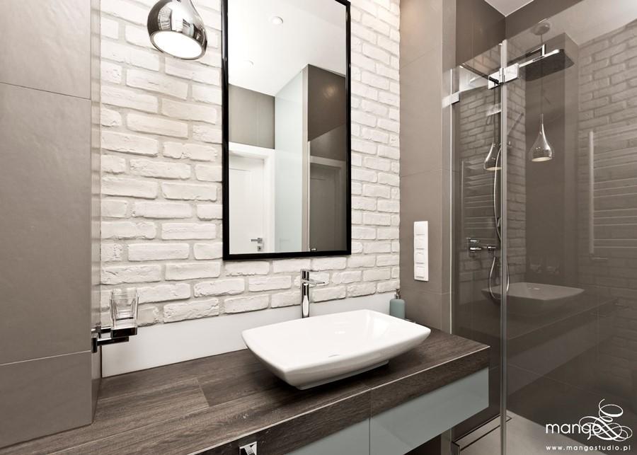 Łazienka z prysznicem w naturalnych barwach Mango Studio - Ściana z cegły