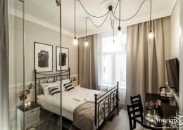 Aranżacja sypialni z przeszklonym prysznicem Mango Studio