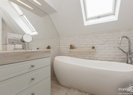 Jasna łazienka z wanna na poddaszu Mango Studio