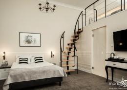 Wystrój pokoju hotelowego z antresolą Mango Studio