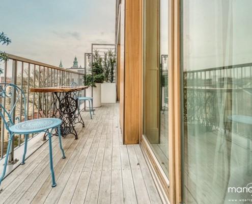 Wystrój wąskiego balkonu Mango Studio