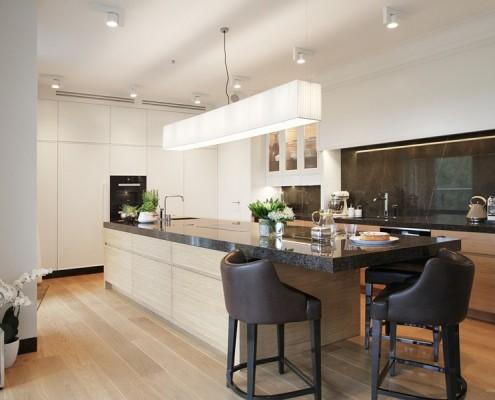 Duża wyspa w stylowej kuchni Katarzyna Kraszewska - ekskluzywne wnętrze