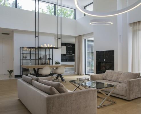 Funkcjonalne wnętrze salonu połączonego z kuchnią