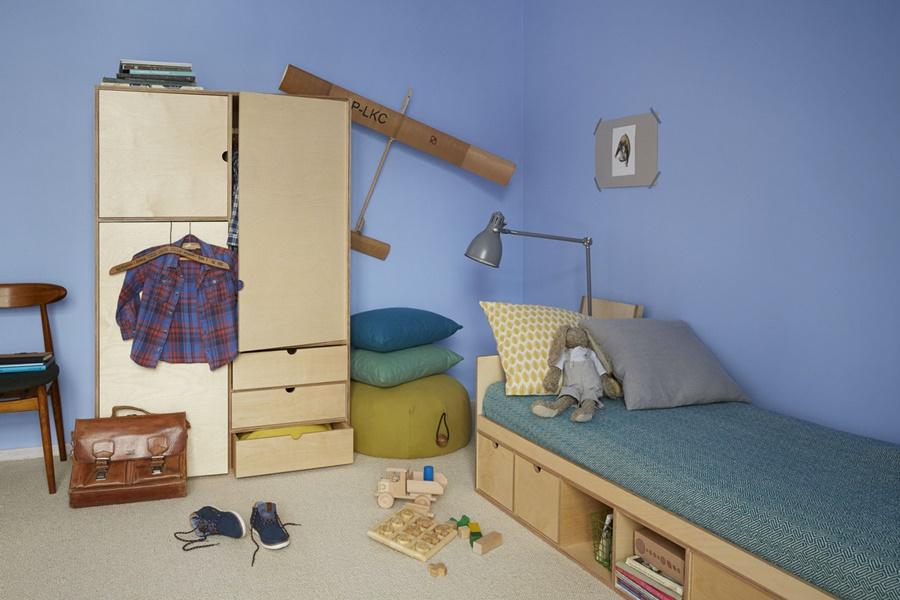 Designerskie meble ze sklejki do pokoju młodzieżowego