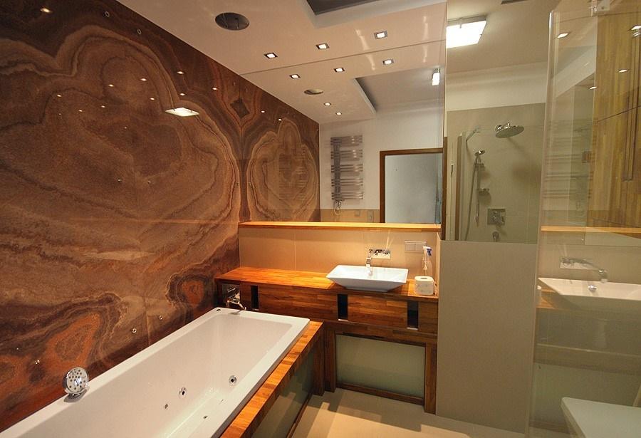 Sufit podwieszany w łazience w kamieniu