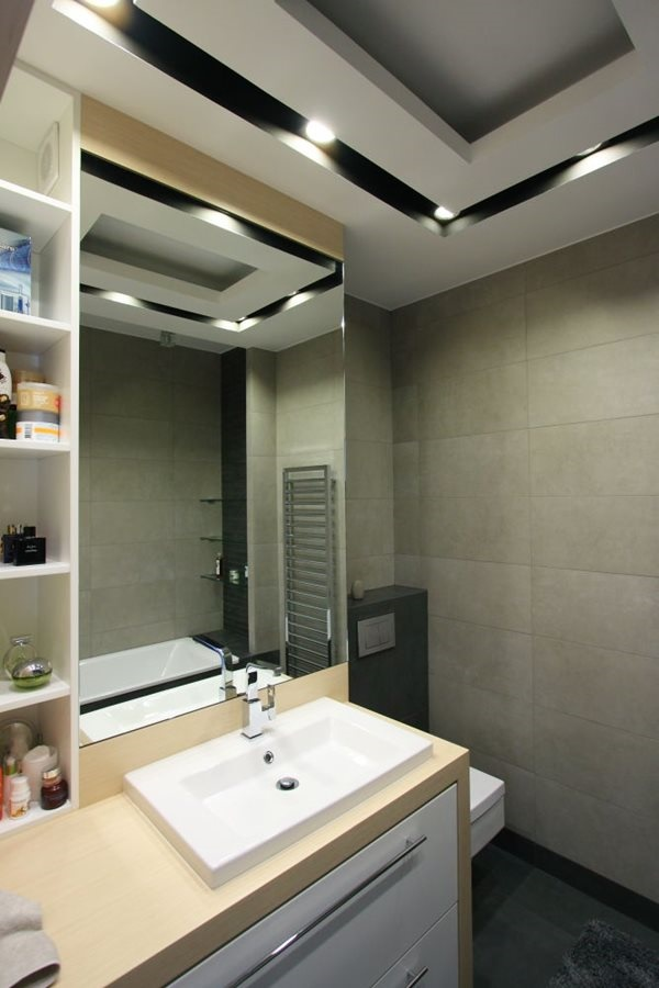 Sufit podwieszany z oświetleniem w łazience