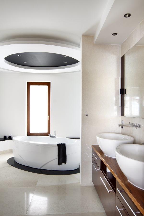 Sufit podwieszany w łazience nad wanną
