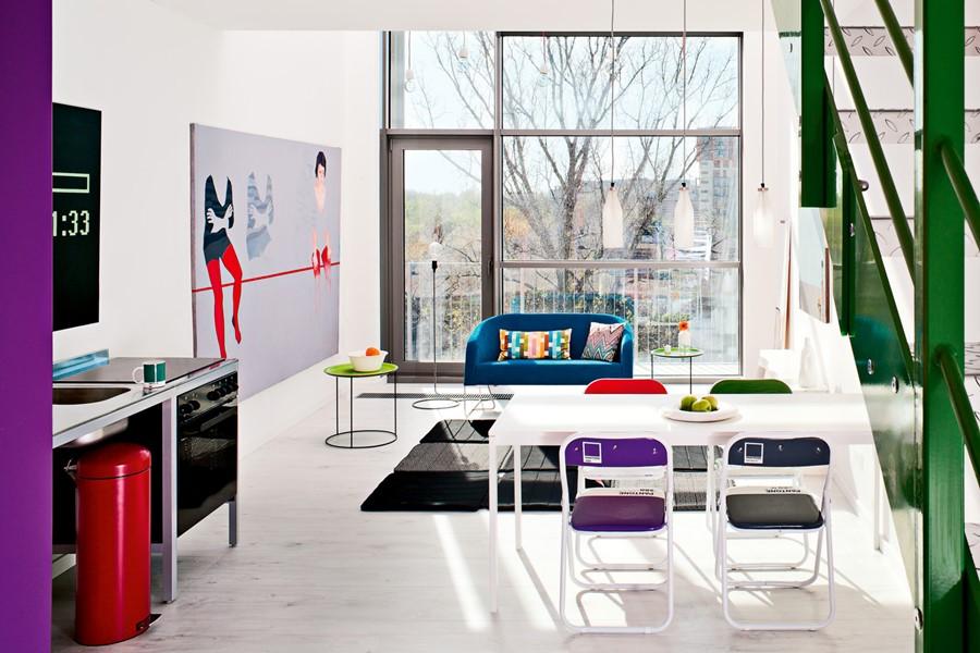 Żywe kolory w nowoczesnym lofcie - kolory w salonie