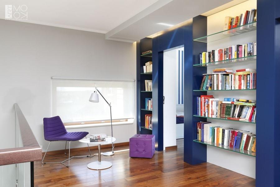 Biblioteka w domu w stylu nowoczesnym