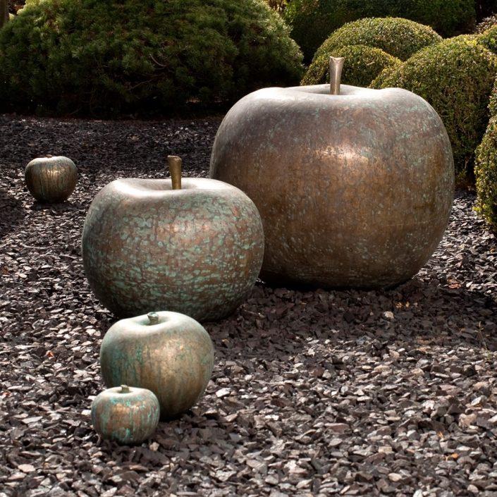 Rzeźba jabłko z brązu Bull and Stein rzeźba ogrodowa