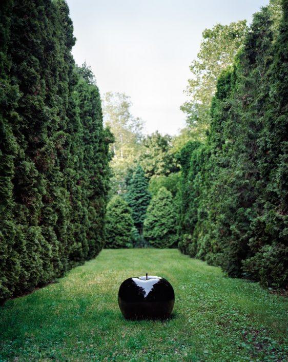 Czarna rzeźba do domu i ogrodu jabłko black Bull and Stein