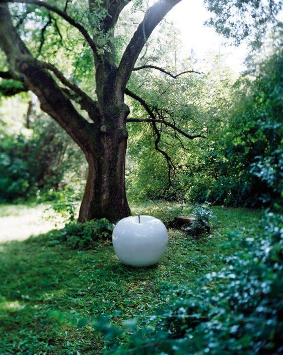 Biała rzeźba do domu i ogrodu jabłko white Bull and Stein